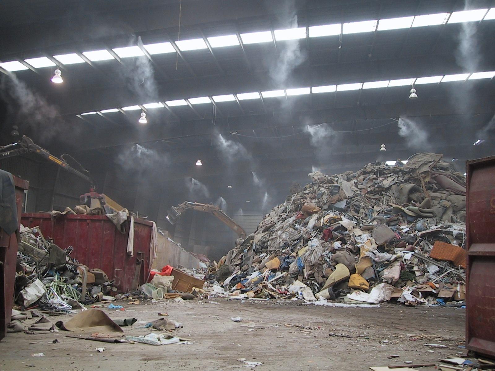 Stofverminderen of het verminderen van stank en geur is erg belangrijk bij bijvoorbeeld recyclingbedrijven. Denk aan een afvalverwerkingsbedrijf. De systemen van Reldair zorgen met een fijne nevel ervoor dat geur en stof gereduceerd worden.